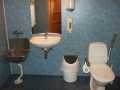På handikap toalettet/stellerom i 1. etg. Vasken til venstre skal brukes til utslagsvann etter vasking av lokalene.